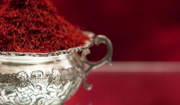 银器盛装的顶级藏红花