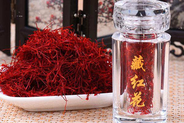 瓶装藏红花和一小碟藏红花