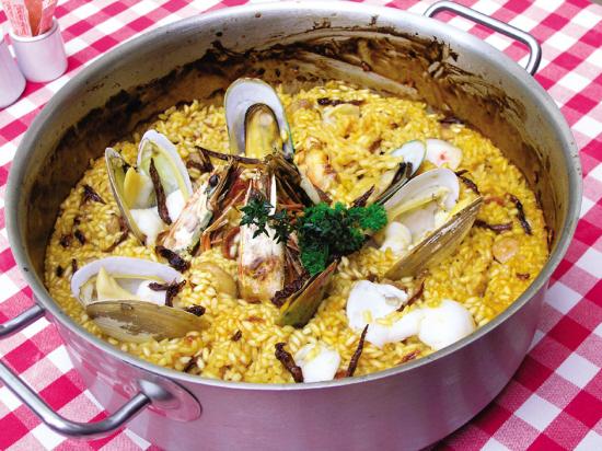 正宗的西班牙海鲜饭,由于使用了藏红花,饭粒变成了金黄色
