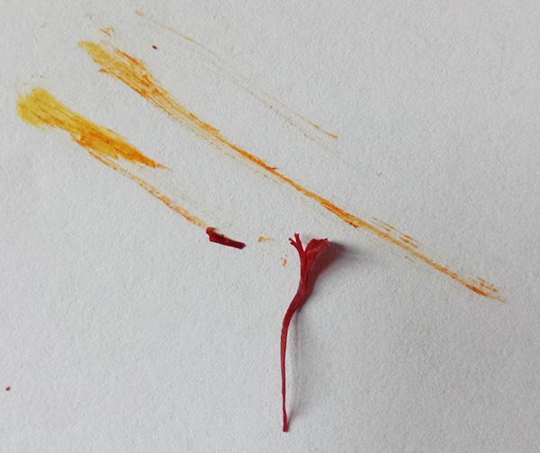 真品藏红花擦拭痕迹显黄色