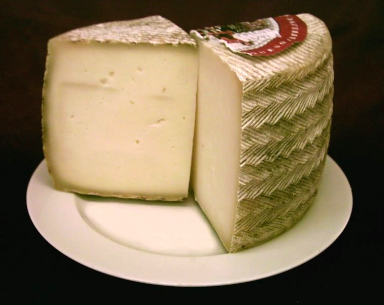 使用牛奶和綿羊奶混合制成的Queso Manchego奶酪