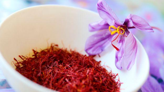 藏红花花丝和藏红花花朵