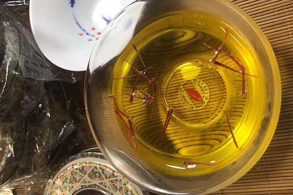 藏紅花泡水金黃色