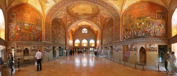 游客參觀四十柱宮內的細密畫