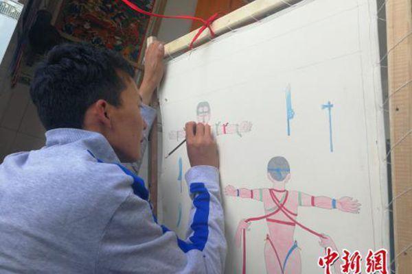 达瓦顿珠的徒弟次琼在学习绘制藏医药唐卡