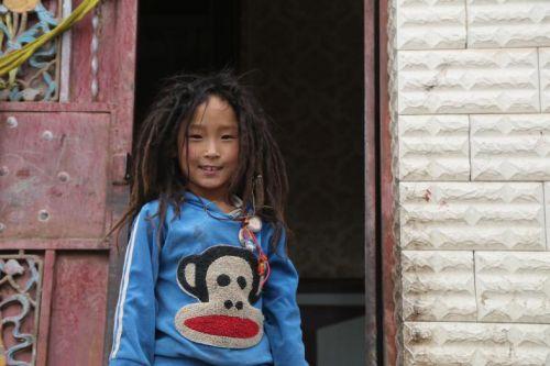阳光灿烂的藏族儿童