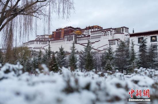 西藏拉萨银装素裹时也依然景色迷人