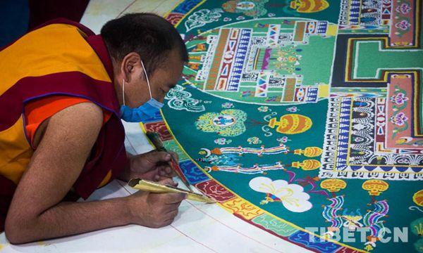 僧人正在绘制沙画坛城