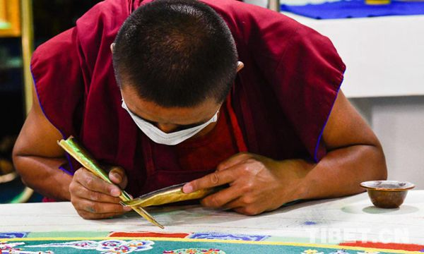 僧人正在繪制沙畫壇城