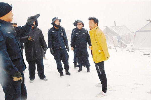 巡查巡訪過程中米林縣民警提醒群眾注意安全