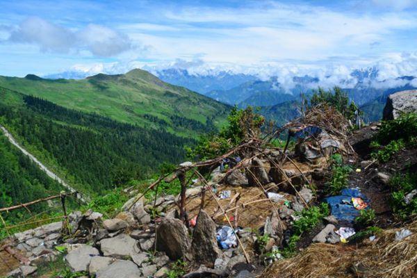 虫草采挖季结束后挖草人废弃的营帐
