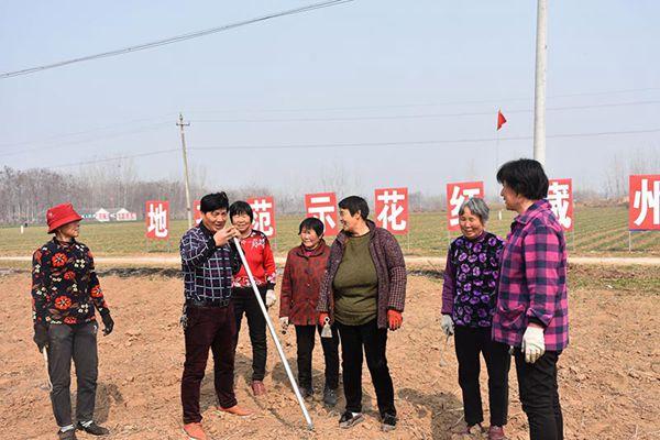 技術員在給農民講解藏紅花除草技術