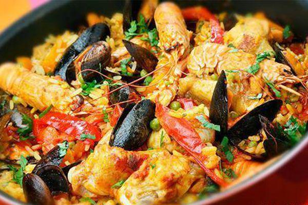 使用藏红花烹饪的西班牙海鲜饭