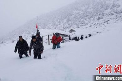 云南迪庆千余村民挖虫草遭遇大雪 民警巡逻护平安