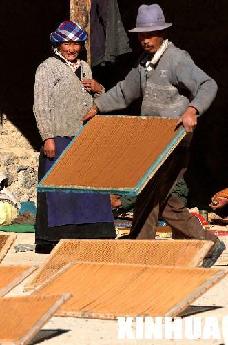在藏香發源地西藏尼木縣吞巴鄉,當地村民正在晾曬剛制好的藏香。