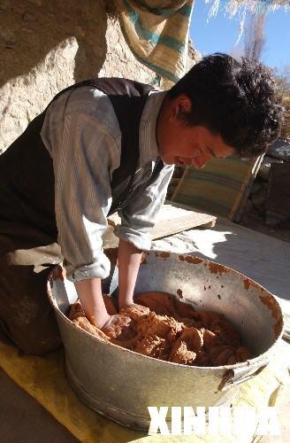 在藏香發源地西藏尼木縣吞巴鄉,當地村民阿旺頓珠在揉制藏香原料。