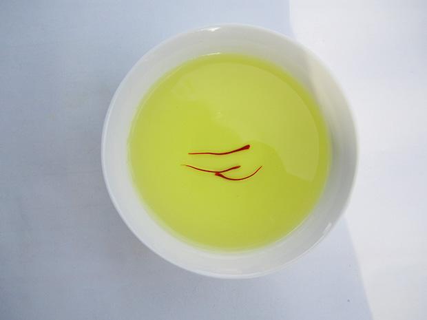 三根藏红花花丝就能把整碗水染成黄色