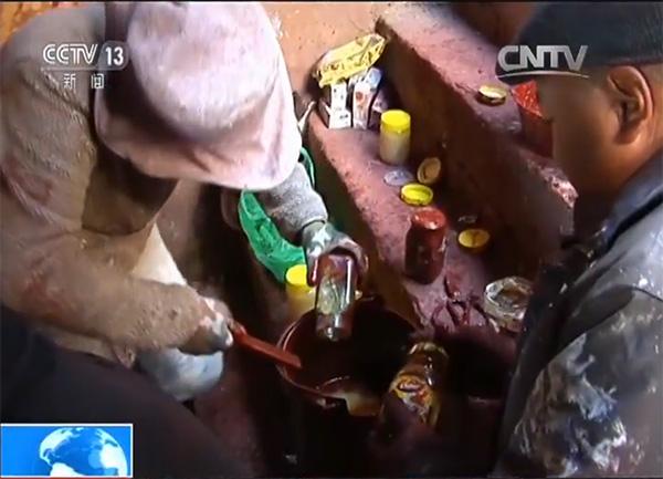 工人正在調配含有藏紅花的涂料